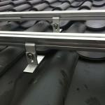 Montage van zonne panelen doormiddel van dakhaken